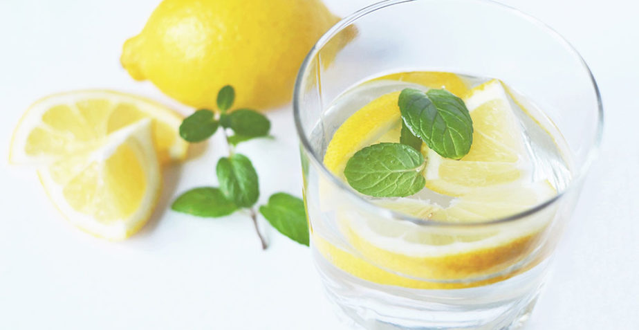 4 Reasons to Drink Lemon Water on an Empty Stomach
